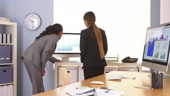 Thumbnail for Multiethnische Geschäftskollegen gehen Charts über Charts