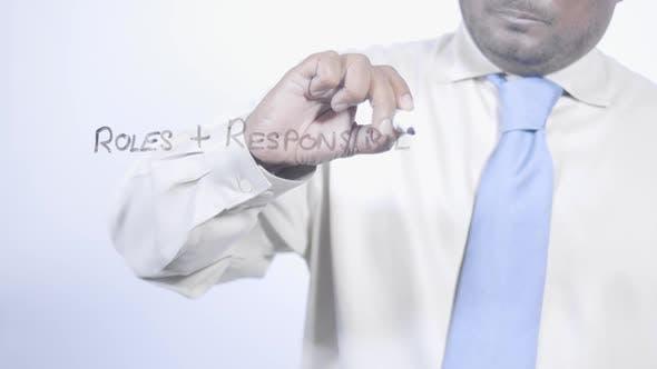 Indischer Geschäftsmann schreibt Rollen Verantwortlichkeiten