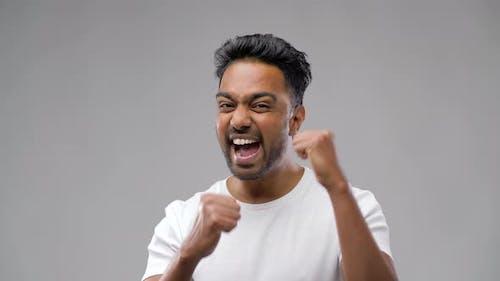 Indischer Mann feiert den Sieg