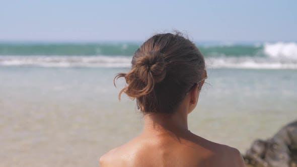 Thumbnail for Slim Lady trägt Sonnenbrillen und beobachtet winkenden Ozean