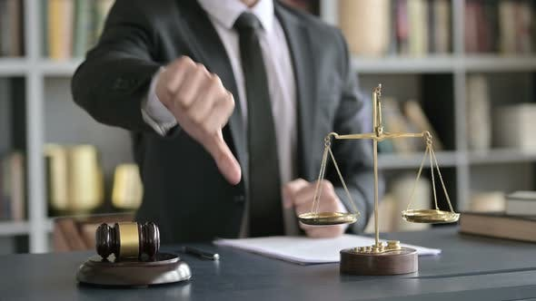 Thumbnail for Nahaufnahme Shooting of Anwalt Hand zeigt Daumen nach unten in Gericht Zimmer