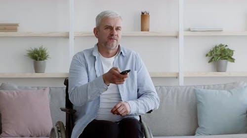 Unzufriedener Behinderter, Der Fernsehsendungen zu Hause schaut