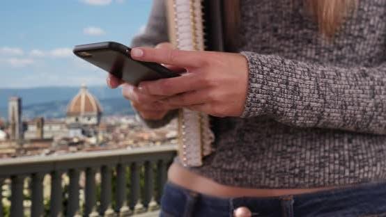 Thumbnail for Caucasian college Mädchen studieren in Italien Messaging auf mobilen Gerät in Florenz