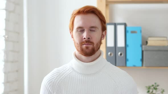Thumbnail for Porträt von Mann mit roten Haaren, Blick in Kamera