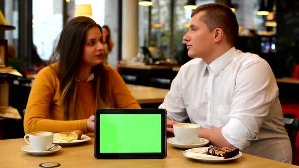 Thumbnail for Happy Couple Talk im Café, Kaffee und Kuchen, Tablet Green Screen