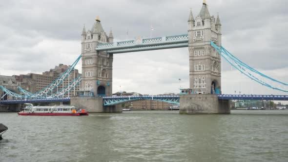 Thumbnail for Unfokussierte Aufnahme der legendären Tower Bridge in London, Boot schweben auf dem Fluss