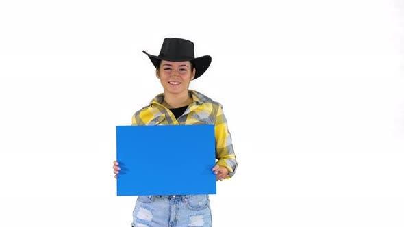 Thumbnail for Lächelnd hübsches Cowgirl hält leeres Brett und Tanzen auf weißem Hintergrund.