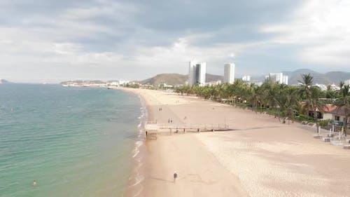 Luftaufnahme des Strandes von oben, wenige Menschen, der Strand nach der Quarantäne, nach dem Covid-19