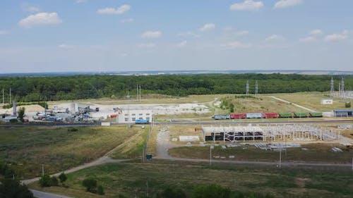 Industriegebiet mit Güterzug auf einer Eisenbahn.