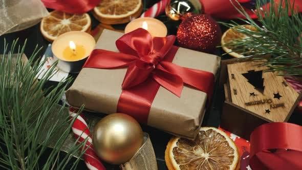 Thumbnail for Eingewickeltes, handgefertigtes Weihnachtsgeschenk mit Frohes neues Jahr 2021