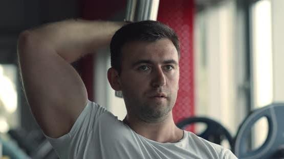Nahaufnahme Porträt von Bodybuilder Üben Trizeps Workout, Training mit Hantel im Fitnessstudio