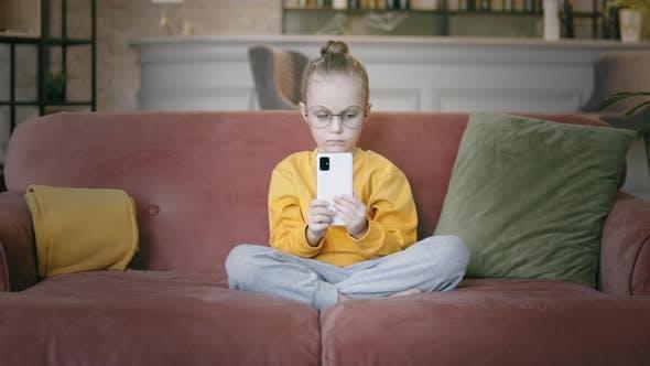 Kind benutzt ein Smartphone