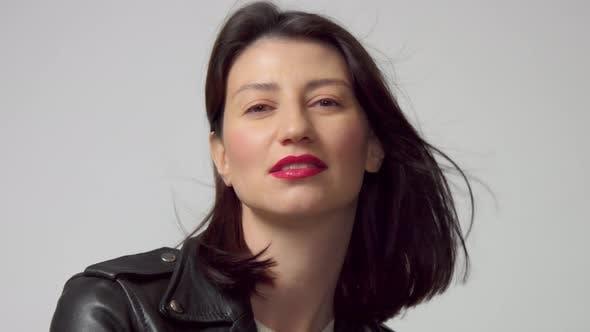 Porträt von Schönheit 30s Frau mit Haar weht tragen rote Lippen Make-up