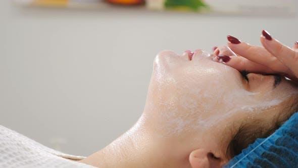 Wellness- und Beautysalon Entspannend und Gesundheit. Spa Woman Gesichtsmassage. Frau genießt Entspannend