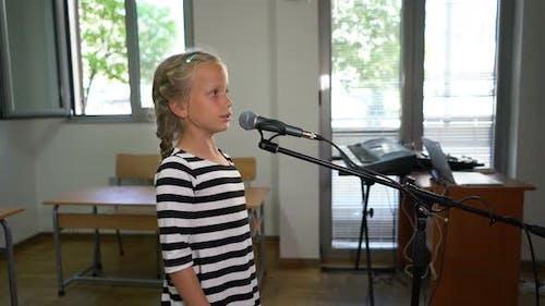 Siebenjähriges Mädchen praktiziert Gesang