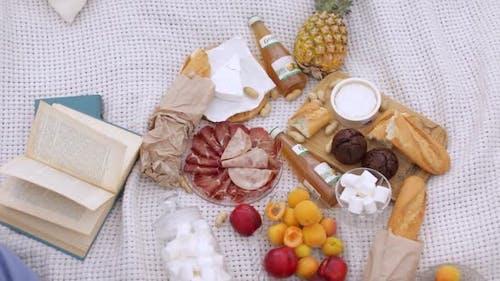 Italienisches Picknick auf einer Decke