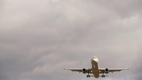 Das Flugzeug nimmt Overhead ab