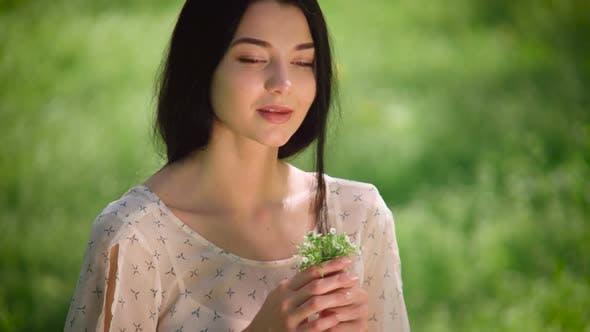 Thumbnail for Frau Porträt mit wilden Blumen