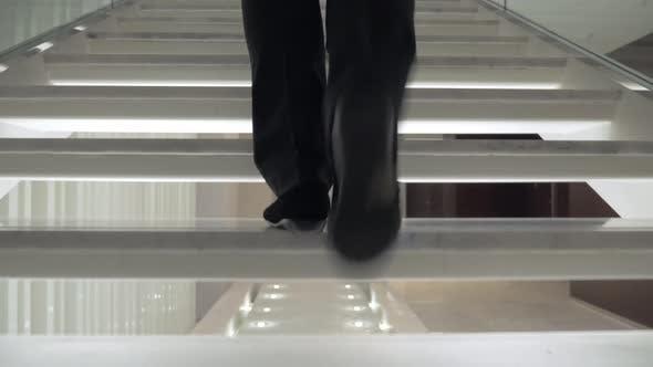 Thumbnail for Frau zu Fuß auf weiße Treppe im Hotel