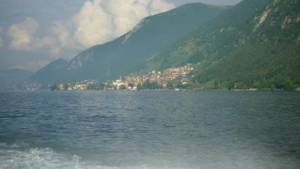 Thumbnail for Ein klassisches Luxusboot aus Holz mit dem Dorf Predore auf einem italienischen See.