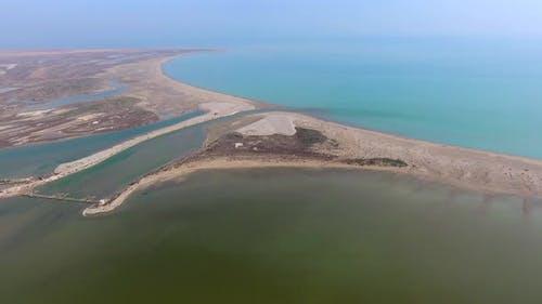 Der Entwässerungskanal zwischen dem See und dem Meer