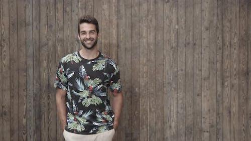 Guy Souriant En T-Shirt