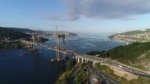 Fahrzeuge überqueren Brücke in Wartung