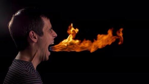 Feuer aus dem Mund eines Mannes