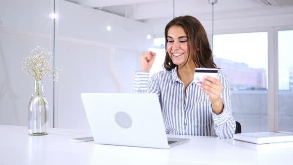 Thumbnail for Glückliche spanische Frau nach erfolgreichem Online-Shopping