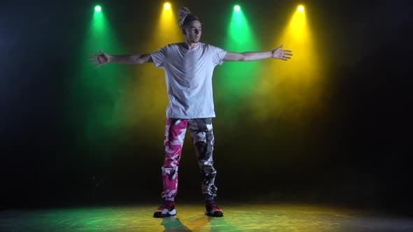 Thumbnail for Professionelle junge Hip-Hop-Tänzerin, Dancing in Dark Studio in the Green and Yellow Nebel. Hip Hop