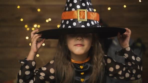 Thumbnail for Kleines Mädchen Kind In Hexe Kostüm Für Halloween Urlaub