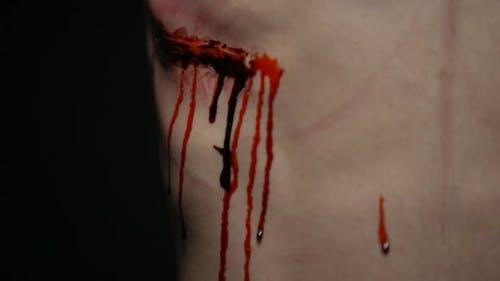 Erstochener Mann leidet Schmerzen durch blutige Wunde, Folter Opfer, Mordversuch