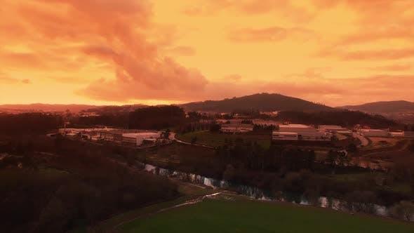 Thumbnail for Industrie und Sonnenuntergang am Fluss