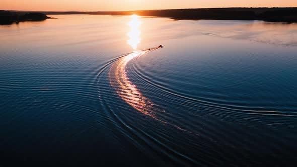 Boot auf einem schönen Fluss bei Sonnenuntergang