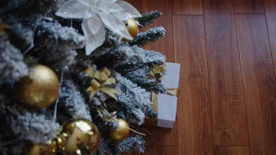 Hoher Weihnachtsbaum Wunderschön verziertes Geschenk Holzboden