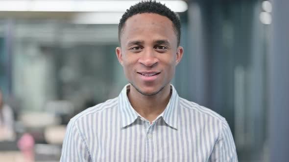 Homme d'affaires africain souriant à la caméra