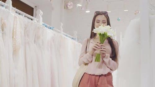 Femme heureuse dans la boutique de mariage