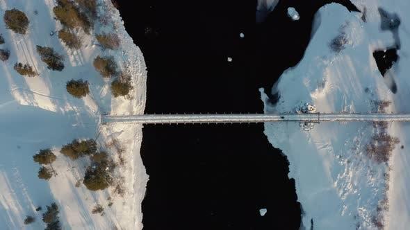 Thumbnail for Gefrorene Holzbrücke Fluss. Luftaufnahme Norwey
