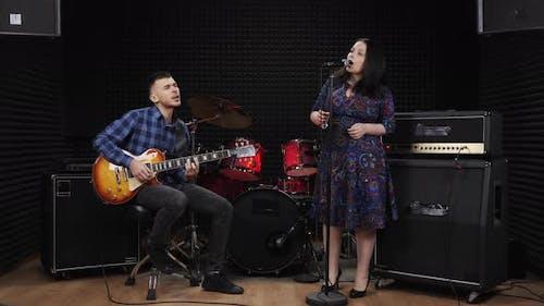 Frau und Mann singen emotional lyrische Lieder auf der Bühne im Aufnahmestudio