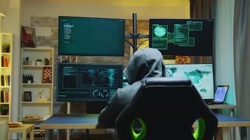 Hacker trägt einen Hoodie während der Begehung von Cyberkriminalität