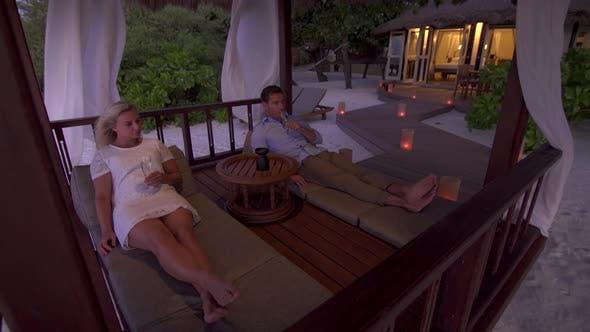 Thumbnail for Ein paar trinken Champagner am Strand in einem tropischen Insel-Resort-Hotel.