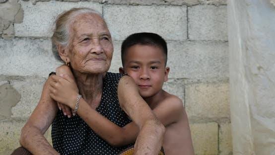 Enkel umarmt Seine Großmutter