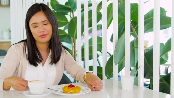 Thumbnail for Frau mit Smart Watch Trinken Kaffee im Café