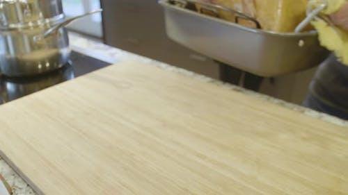 Ziehen Heißer Ofen gebraten Voll Truthahn aus Ofen und setzen Sie es auf Theke Top