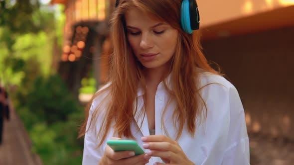 Thumbnail for Frau mit App auf Smartphone Zeitlupe