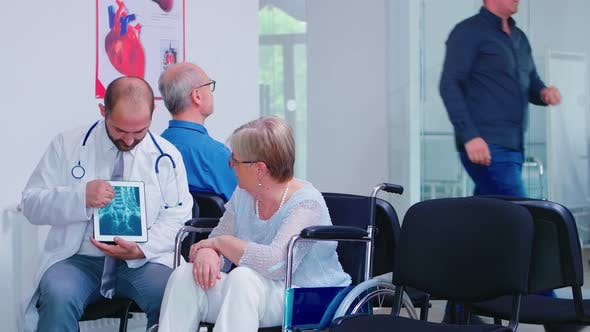 Arzt, der Diagnose auf X Ray Tablet PC gibt