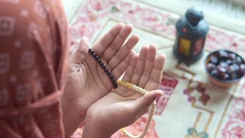 Rückansicht der muslimischen Frauen, die auf dem Ramadan beten