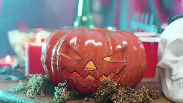 Jack-o-Laterne Halloween-Dekoelement auf einem Tisch auf einer Halloween-Party