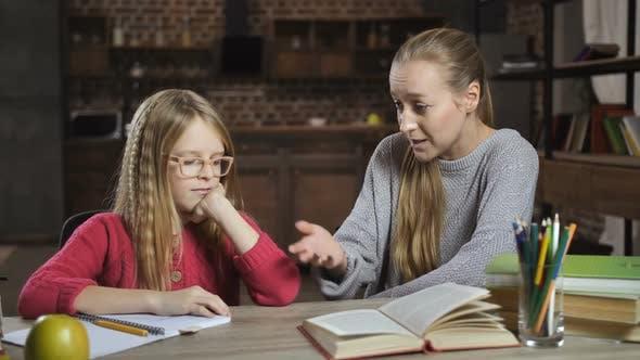 Thumbnail for gelangweilt Mädchen nicht bereit zu tun Hausaufgaben mit Mutter