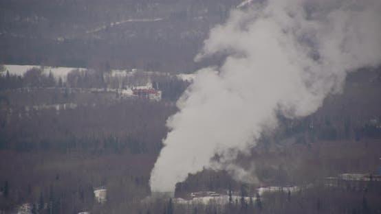 Thumbnail for Hubschrauber-Luftaufnahme über Ackerland schwenken, nebligen Tag